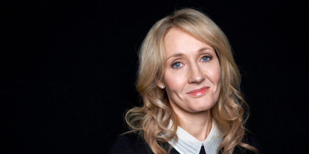 J.K. Rowling restituisce un premio per i diritti umani dopo le accuse di transfobia