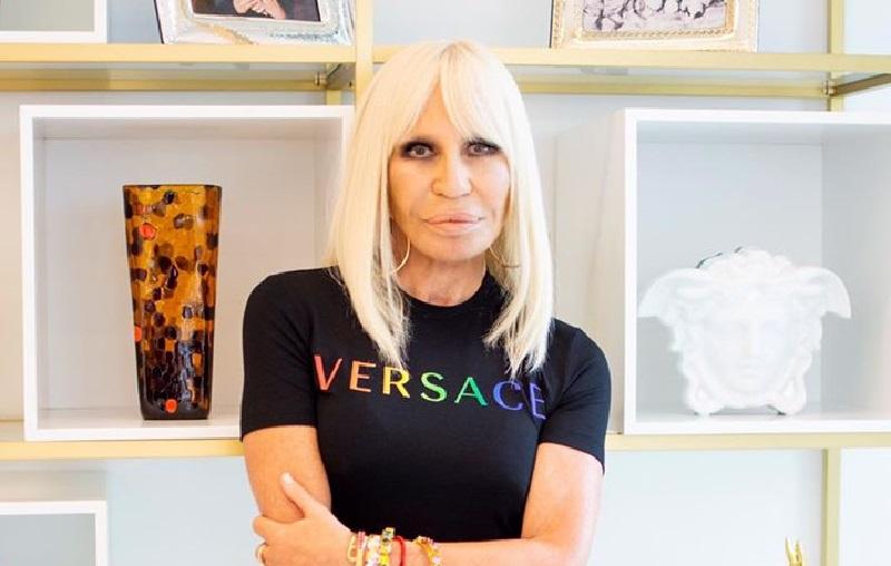 Versace presenta la Capsule Collection: parte delle vendite sarà devoluta ad Arcigay