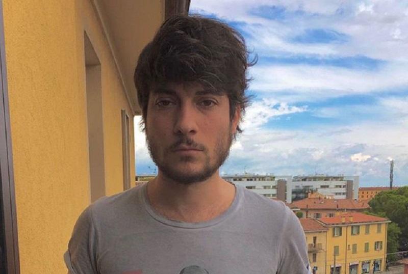 Lorenzo Donnoli delle 6000 sardine aggredito a Bologna: «Fr**io di merda»