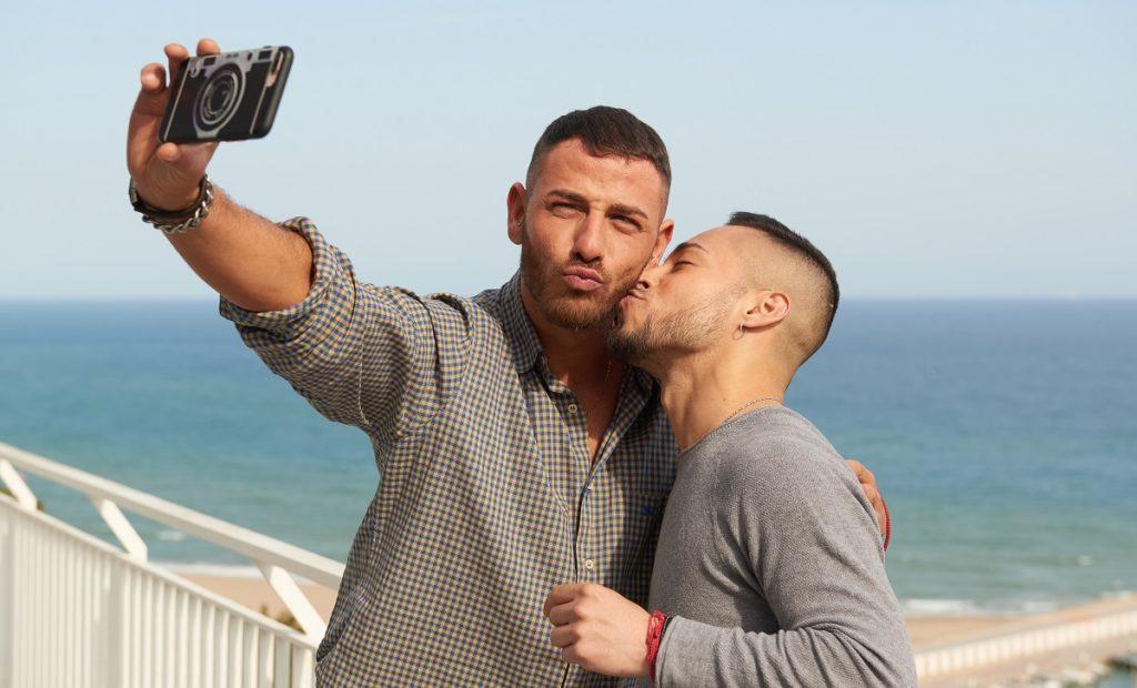 Fregene, coppia gay insultata e cacciata dalla spiaggia per un bacio
