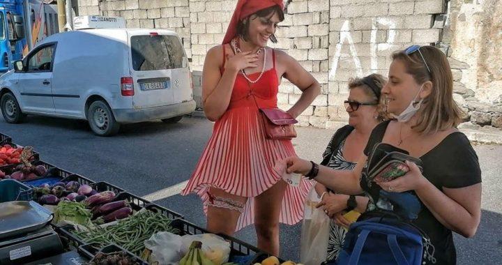 Andrea Ibba Monni, l'attore en travesti che ha portato la propria favolosità in un mercato sardo