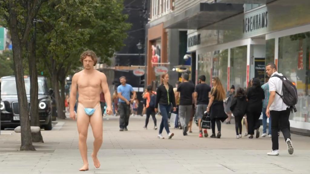 Cosa ci fa un uomo per le strade di Londra con una mascherina usata come perizoma?