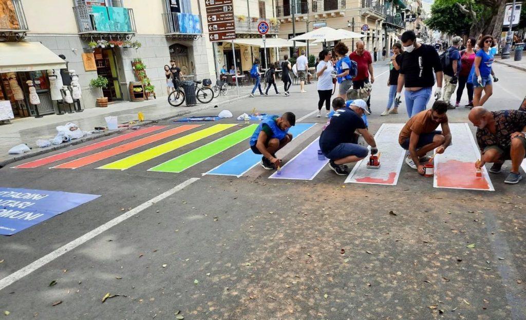 A Palermo delle strisce pedonali arcobaleno davanti al Teatro Massimo per il Pride