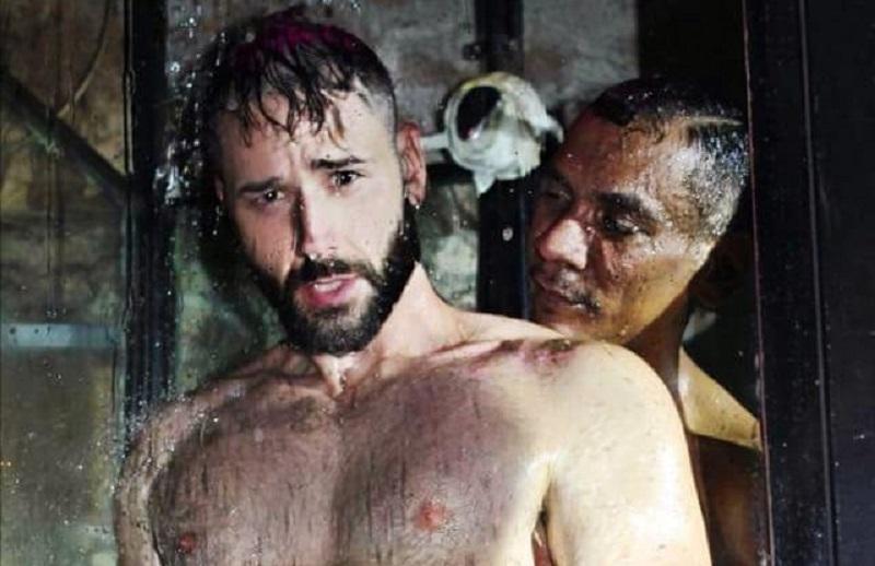 Che caldo, sembra di stare a Rio de Janeiro: 10 ragazzi sotto la doccia