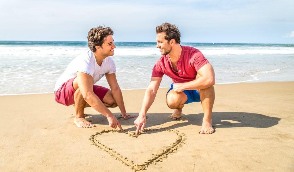 Coppia gay aggredita in spiaggia a Cagliari per un bacio