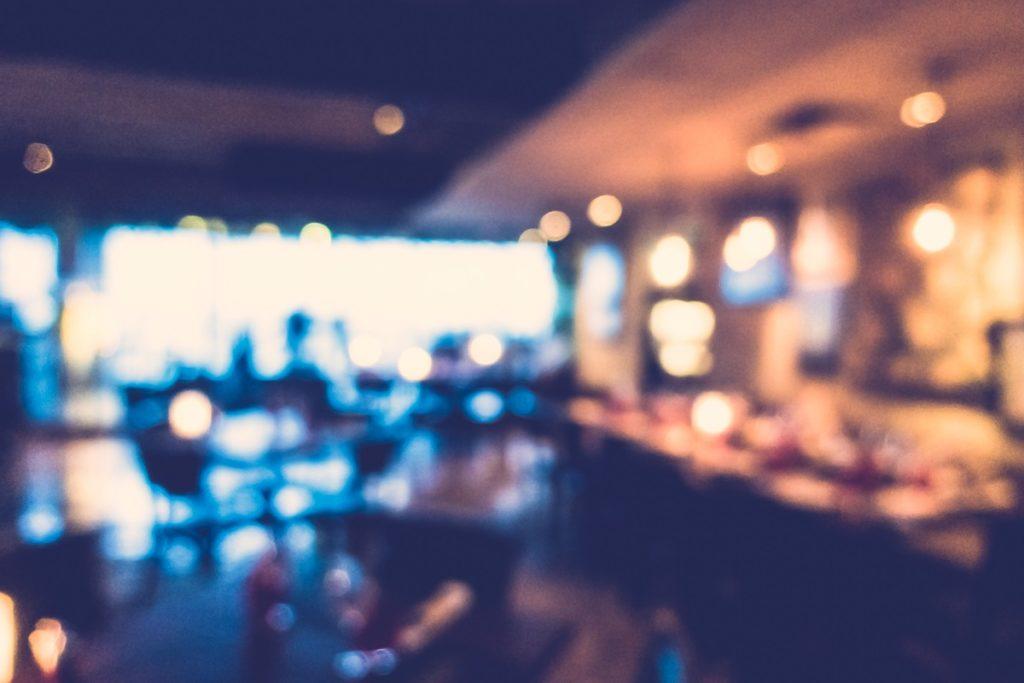 Marzamemi, turisti criticano il conto al ristorante e ricevono insulti omofobi: «puppo di merda»