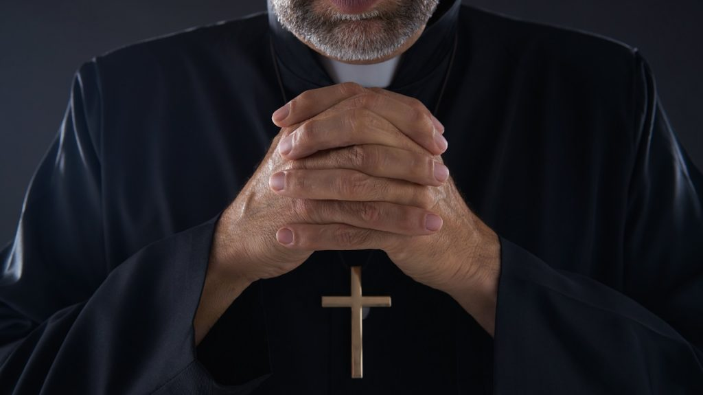 """Uomo incontra un prete su un'app d'incontri e gli estorce 11mila euro per alcune foto """"compromettenti"""""""