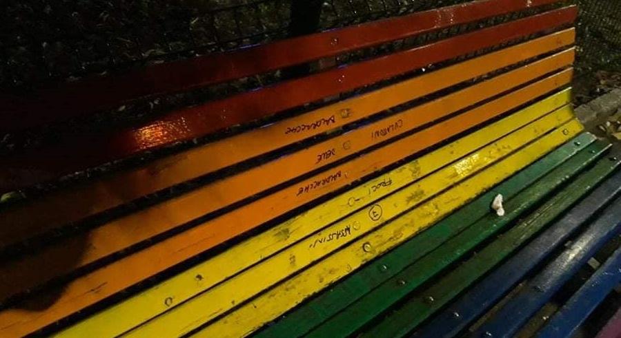 Vandalizzata una panchina arcobaleno a Milano con alcune scritte omofobe