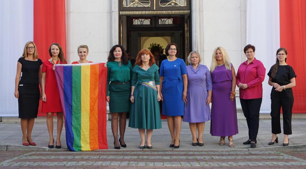 Polonia, 10 parlamentari trollano l'omofobo presidente Duda vestendosi di rainbow al suo giuramento