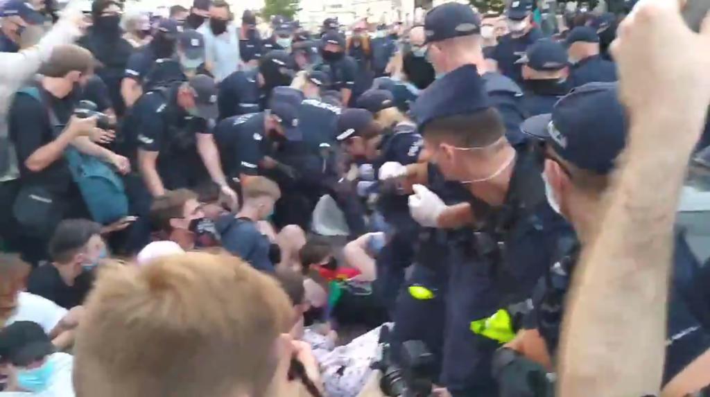 Varsavia, un italiano tra gli arrestati durante una pacifica protesta LGBT+