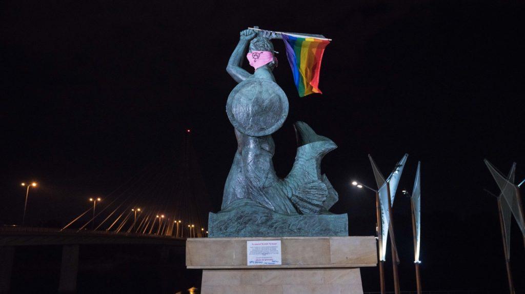 Varsavia, polizia arresta due attiviste LGBT+ per delle bandiere arcobaleno sui monumenti