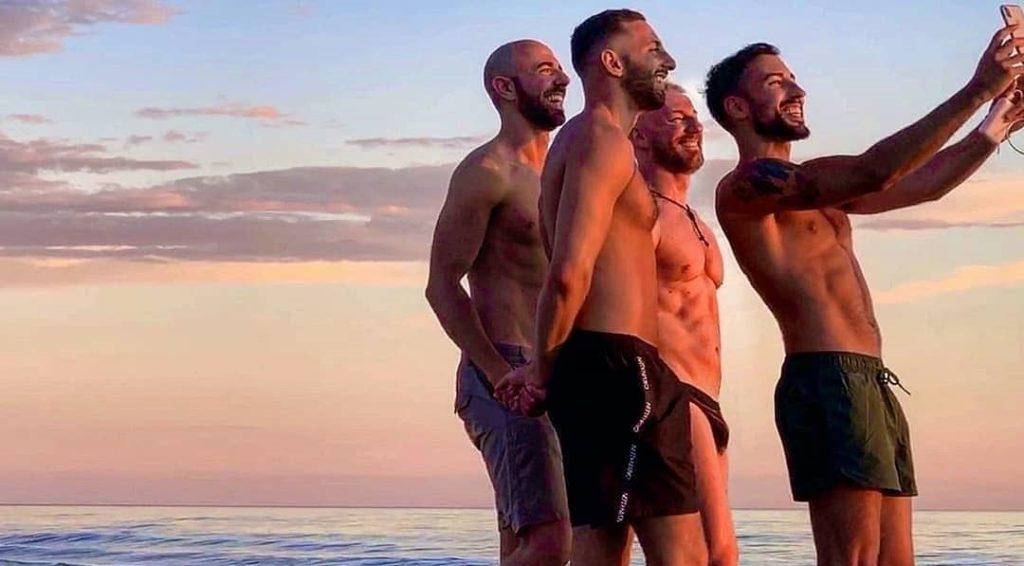 Amici in spiaggia: diamo l'addio all'estate con le dieci migliori foto di gruppo