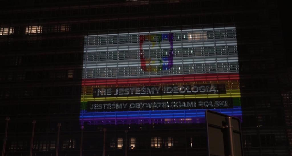 L'Europa (e non solo) reagisce all'ondata omofoba polacca: l'edificio della Commissione UE è rainbow