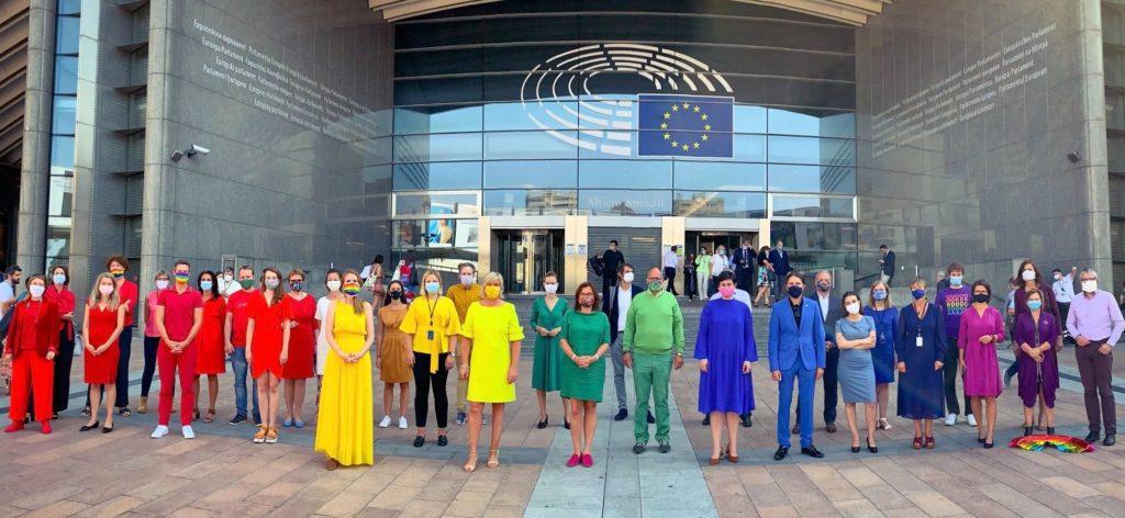 Gli europarlamentari si vestono di arcobaleno contro l'agenda omofoba polacca