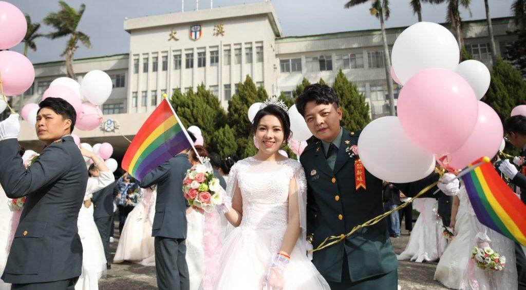 Taiwan, matrimonio di massa per 188 coppie dello stesso sesso: tra loro due soldate