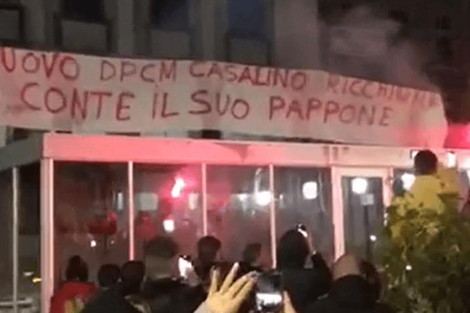 «Casalino ric**ione, Conte pappone»: a Varese le proteste per il DPCM passano per l'omofobia