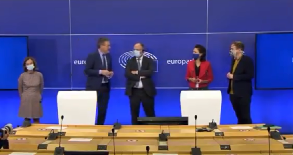 Eurodeputato deride un giornalista in conferenza stampa: «È gay»