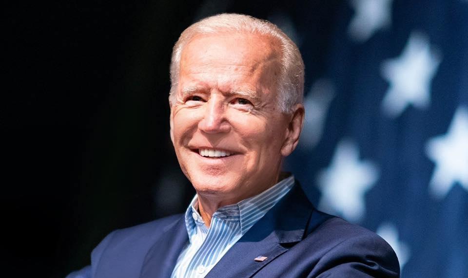 Due ragazzi si baciano nel video di Joe Biden