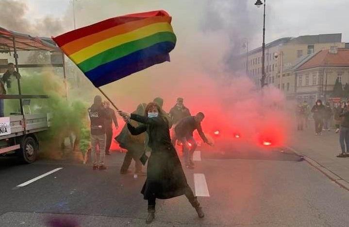 La Marianne polacca con la bandiera arcobaleno: una foto diventata un simbolo