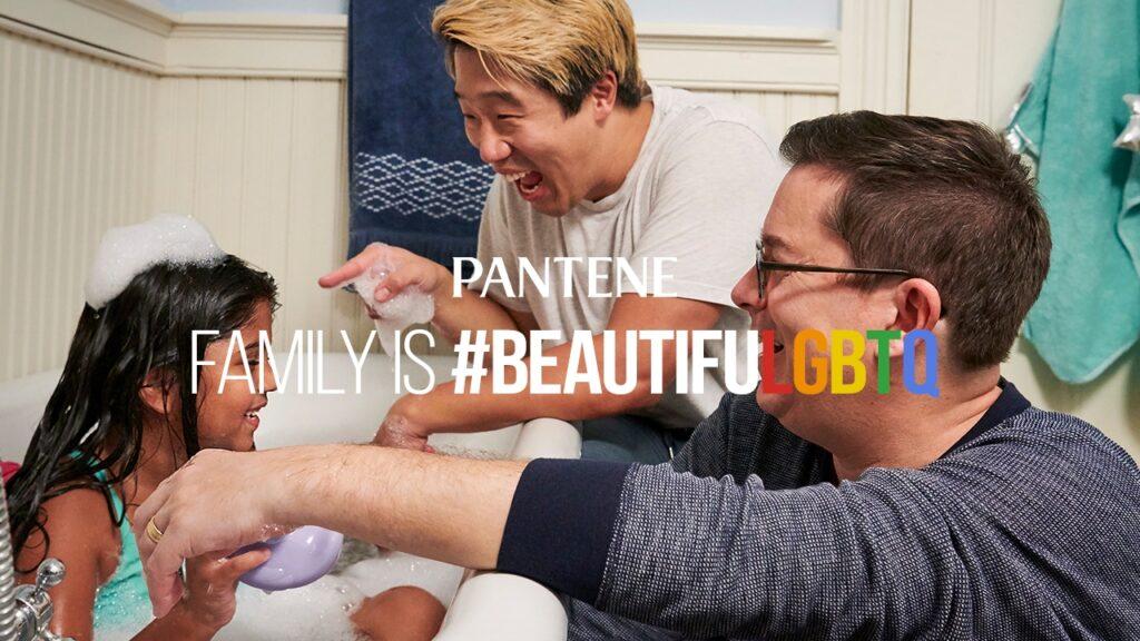 Ella e i suoi due papà nella nuova campagna #BeautifuLGBTQ di Pantene