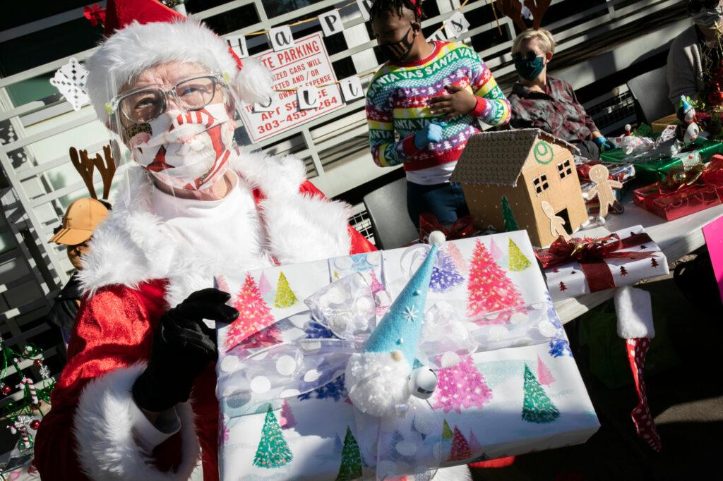 Queer Santa, una 77enne lesbica che consegna doni ai giovani LGBT+ rifiutati dalle famiglie