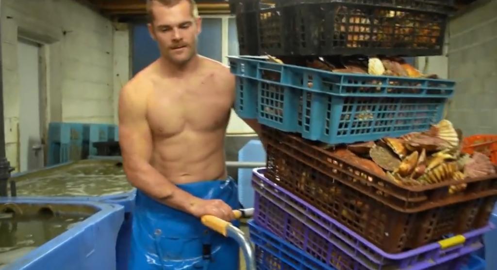 Tomy, il pescatore che sta facendo impazzire Twitter dopo essere apparso in TV