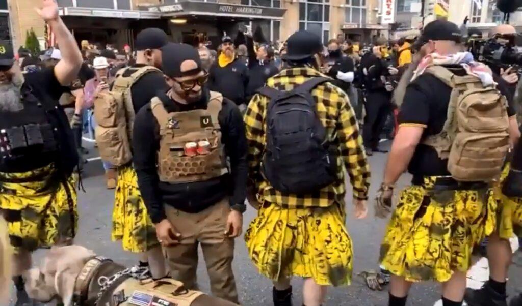 Ennesimo autogol dei neofascisti Proud Boys: i loro kilt alla marcia pro-Trump sono di un brand LGBT+