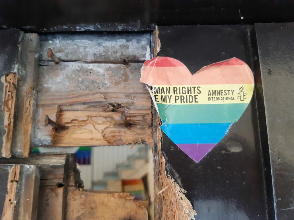 Raid vandalico alla sede di Arcigay Palermo: «Vogliamo ripartire con più orgoglio»