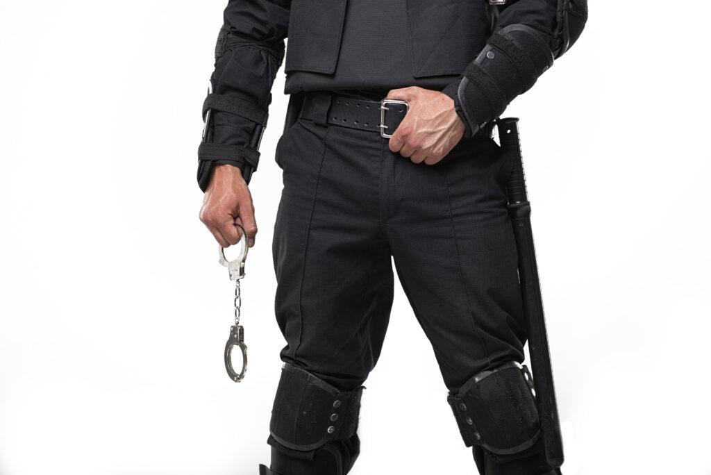Poliziotti presi per spogliarellisti nell'orgia di Bruxelles: partecipanti provano ad aprirgli la zip
