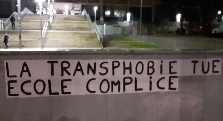 Liceale trans suicida a 17 anni: giorni prima era stata rimandata a casa per una gonna
