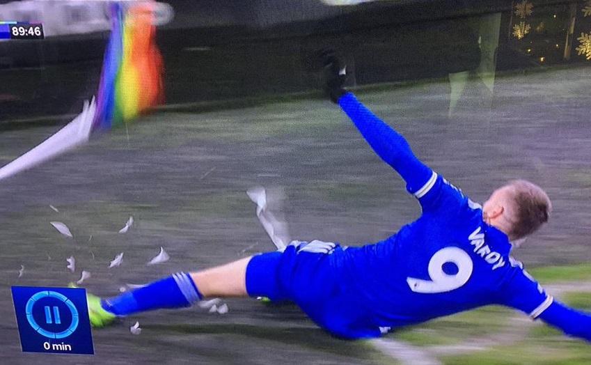 Jamie Vardy del Leicester City fa goal e sfascia la bandierina arcobaleno
