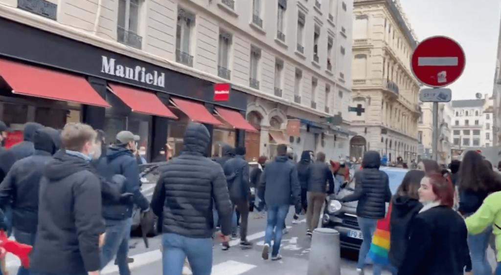 Francia, scontri tra associazioni pro-life e LGBT+: polizia a braccetto con gli omofobi?