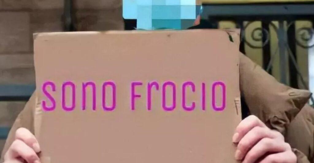 Cyberbullismo a Sora: foto di un 15enne su WhatsApp con il cartello «sono fr**io»