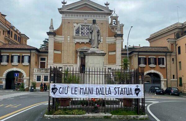 Per un prete romano la bandiera LGBT+ è «uno scempio»