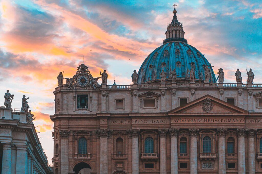 Sito cattolico denuncia: almeno 16 account Grindr nelle aree private del Vaticano