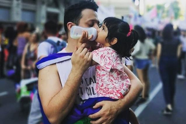 Uomo gay single adotta Mia, una bambina abbandonata perché malata