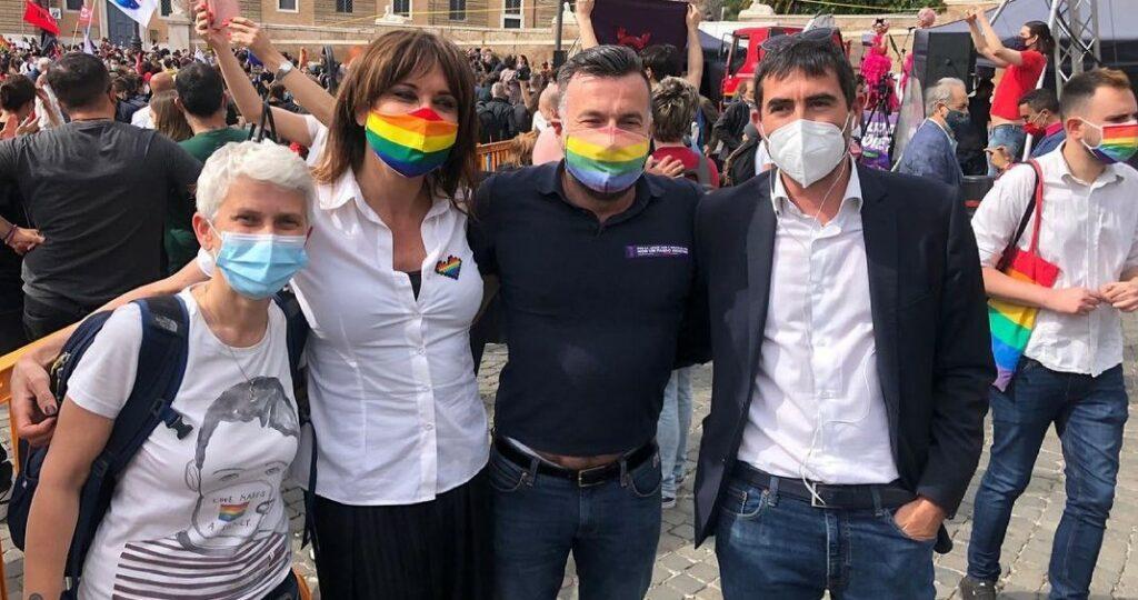 Molto più di Zan: 50 piazze per dire sì alla legge. A Milano la polizia carica i manifestanti
