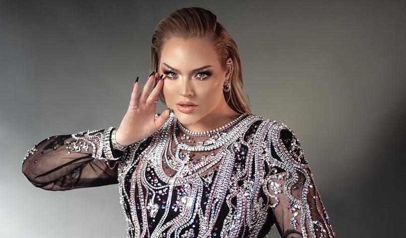 Eurovision 2021, la conduttrice Nikkie Tutorials sul palco coi colori della bandiera trans