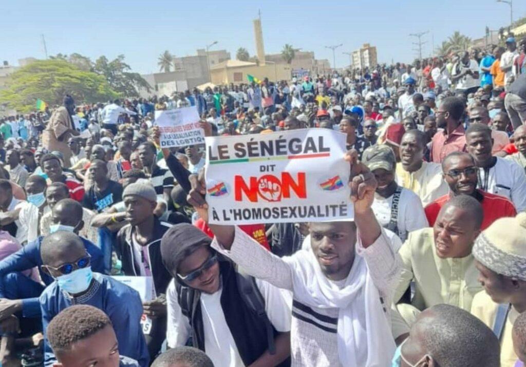 Senegal, in centinaia manifestano contro l'omosessualità: «li bruceremo vivi»