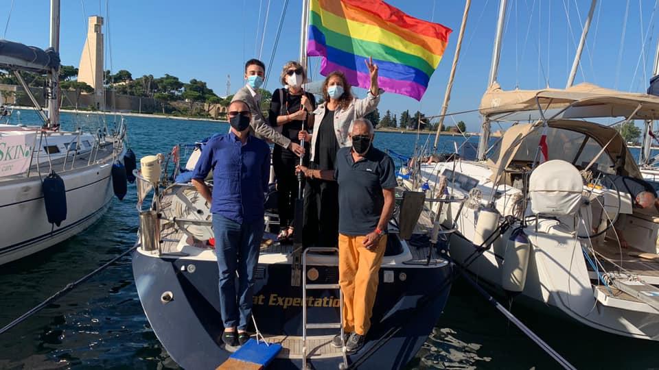 Onda Pride: a Brindisi la nave da regata issa la bandiera arcobaleno sull'albero maestro