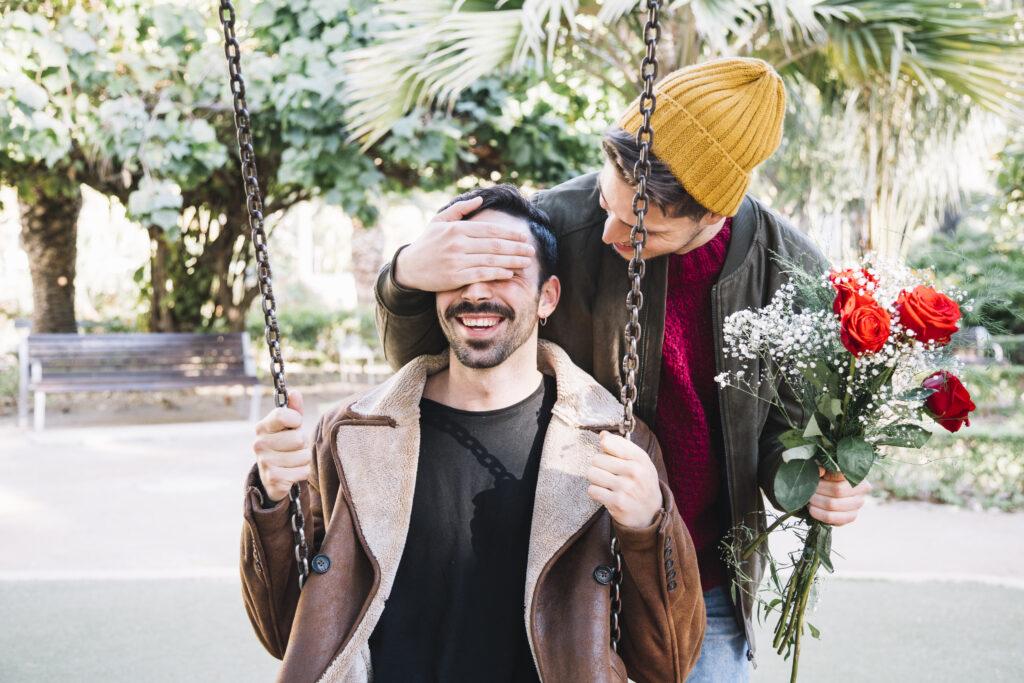 """«Fiori per gay»: il sito queerbaiting che suggerisce fiori diversi per """"il maschio"""" e """"la lei"""" della coppia"""
