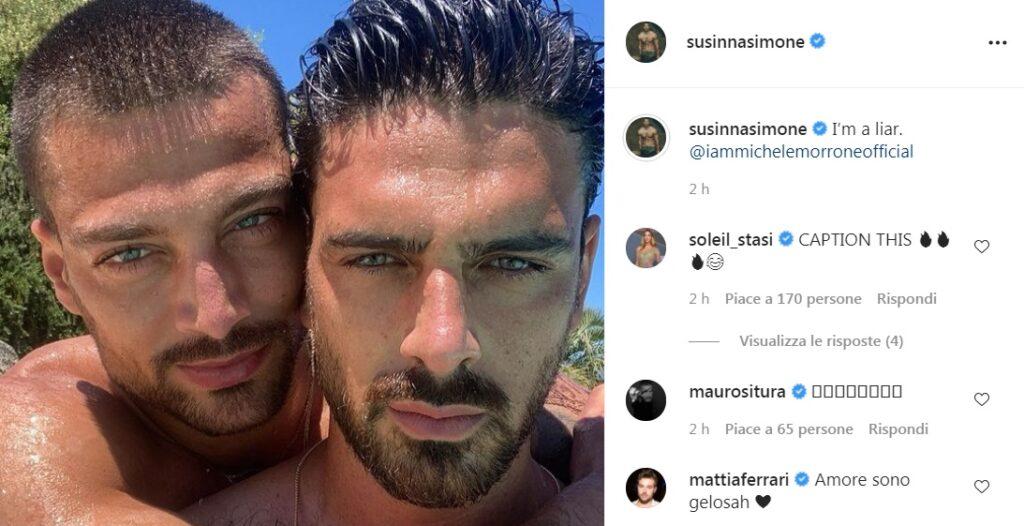 La foto di Michele Morrone e Simone Susinna scatena i fan: «Siete gay?»