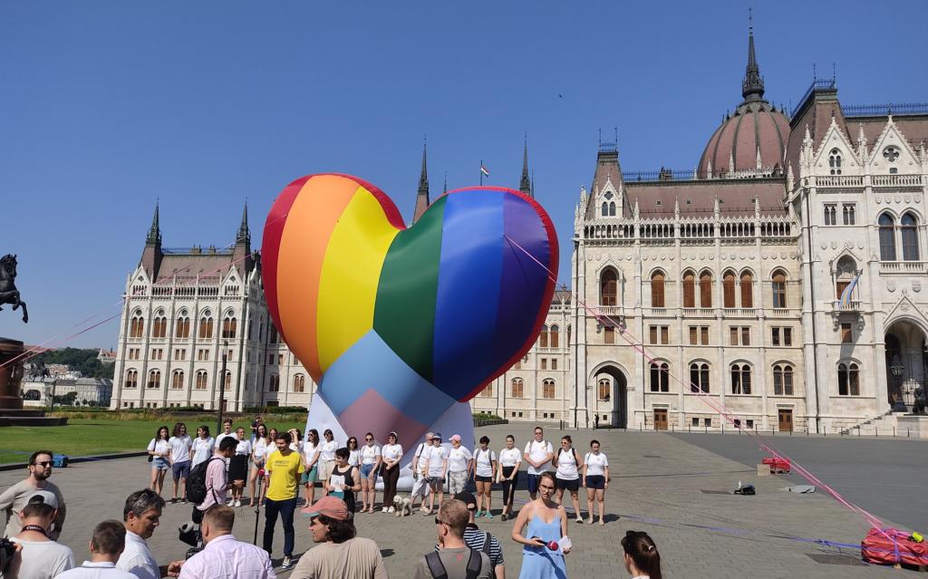 Un enorme cuore rainbow come protesta davanti al parlamento ungherese