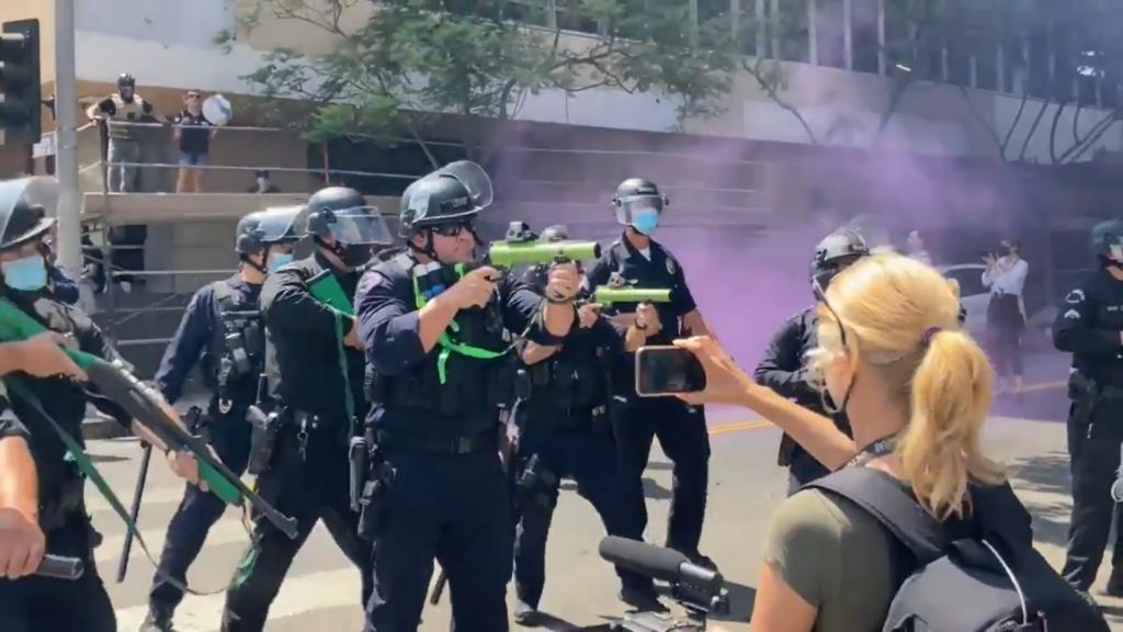 Los Angeles, poliziotto spara proiettile di gomma contro un'attivista trans