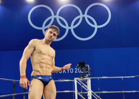 Tom Daley oro alle Olimpiadi di Tokyo : «Orgoglioso di essere gay e padre»