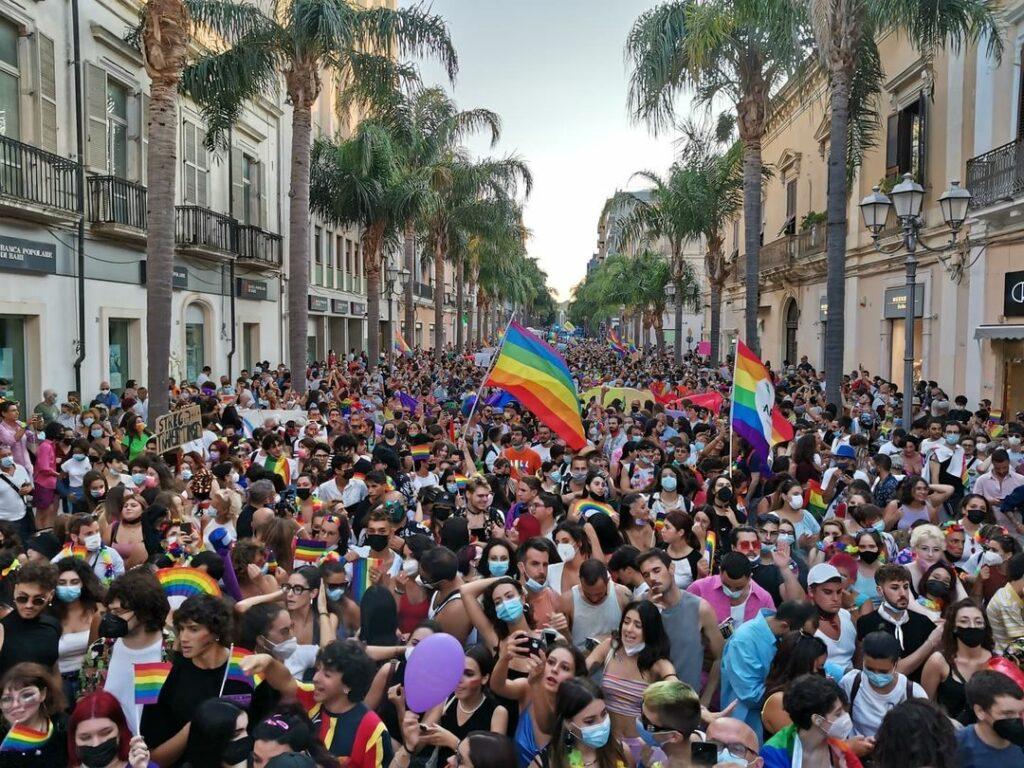 Salento & Puglia Pride: un'incredibile marea arcobaleno per la prima volta a Brindisi