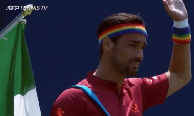 Dopo la gaffe di Tokyo, Fabio Fognini scende in campo con un look rainbow