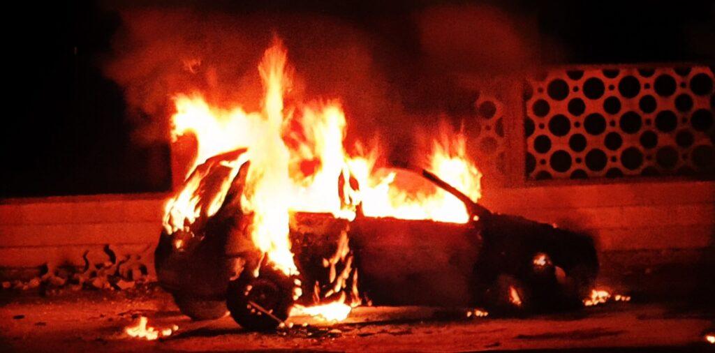 Manfredonia, minacce di morte e auto in fiamme per una coppia gay